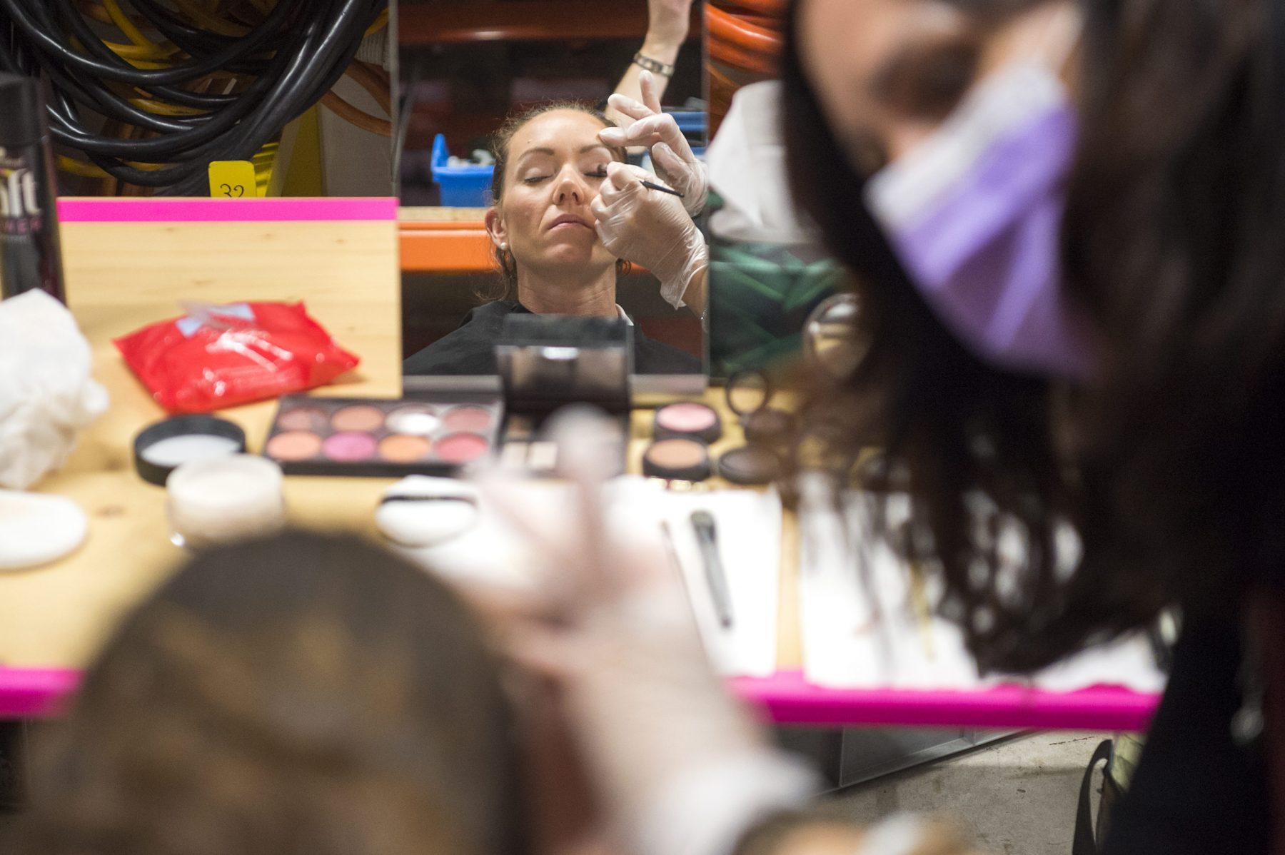 Wegen des Coronavirus konnte die traditionelle Bündner Sportnacht 2020, organisiert vom Bündner Verband für Sport, nicht wie üblich im feierlichen Rahmen durchgeführt werden.Der Bündner Sportler des Jahres Mauro Caviezel, die Zweitplatzierte Giulia Tanno, die Drittplatzierte Selina Gasparin (im Bild in der Maske) und die weiteren Auszeichnungen in den Kategorien Nachwuchssportlerin Valentina Caluori, Verein TV Rhäzüns mit dem Präsident Marino Spadin, Funktionär/Trainer Clemens Caderas und Behindertensportler Walter Eberle wurden dennoch am 5.6.20 verliehen. In einer TV Südostschweiz Spezialsendung im provisorischen Studio von On Air in Malans wurden die Auszeichnungen am 5.6.20 übergeben.   Bild Olivia Aebli-Item